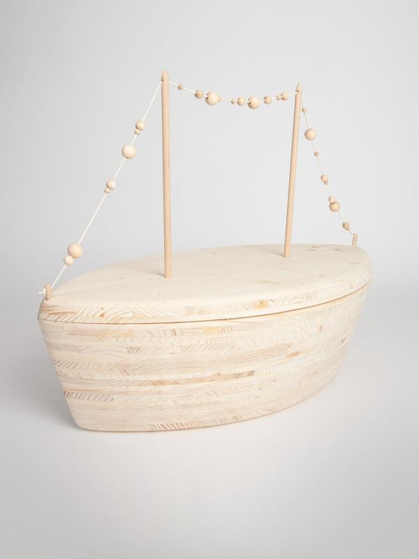 Doodskistje versierd met houten parels